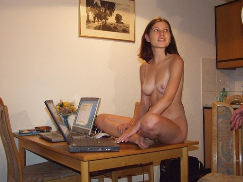 Amateur_-_Various_Sexy_Girls_In_Front_Of_Their_Computer_%2B_Vsgifotc01_m.jpg