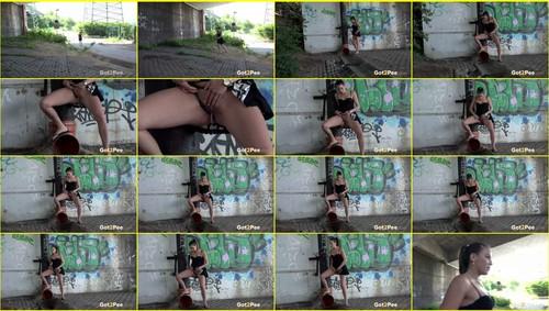 Pee-girl_f269_thumb_m.jpg