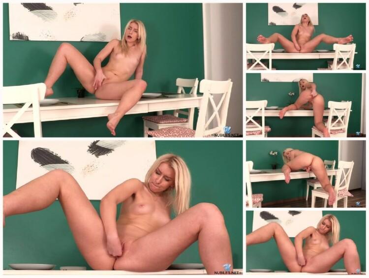 Sexy-Babe-Rubs-Pussy-002139_l.jpg