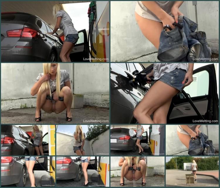 Girls-peeing-golden-rain-002452_l.jpg