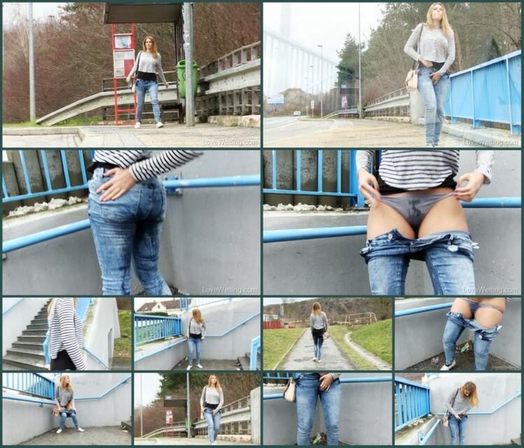 Girls-peeing-golden-rain-002288_l.jpg